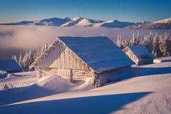 Casa de madera en la nieve fotografía de archivo