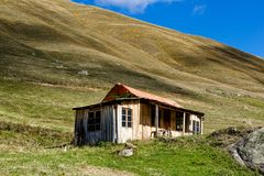 Casa de madera en la parte inferior de la montaña Fotos de archivo