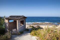 Casa de madera en la playa Fotos de archivo libres de regalías