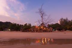 Casa de madera en la playa en el tiempo crepuscular Fotografía de archivo libre de regalías