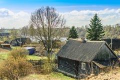 Casa de madera en la región de Semenkovo Leningrad del pueblo Fotografía de archivo