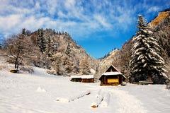 Casa de madera en las montañas Fotos de archivo