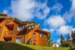 Casa de madera en las montañas Foto de archivo libre de regalías