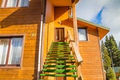 Casa de madera en las montañas Imagenes de archivo