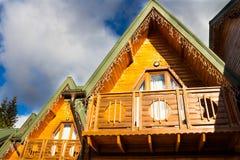 Casa de madera en las montañas Fotos de archivo libres de regalías