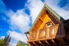 Casa de madera en las montañas Imágenes de archivo libres de regalías