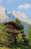 Casa de madera en las montañas austríacas Fotos de archivo libres de regalías