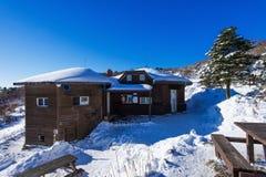 Casa de madera en las montañas en invierno, Corea de Deogyusan imágenes de archivo libres de regalías