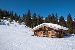 Casa de madera en las montañas rodeadas por las montañas del austriaco del bosque Imagen de archivo