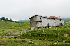 Casa de madera en montaña Imágenes de archivo libres de regalías