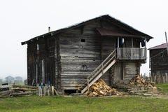 Casa de madera en montaña con las escaleras Imagen de archivo