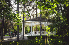Casa de madera en parque de la ciudad Fotos de archivo
