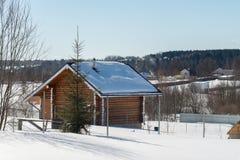Casa de madera en pueblo en día de invierno Imágenes de archivo libres de regalías