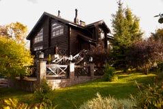 Casa de madera en un lugar hermoso Fotos de archivo libres de regalías
