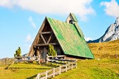Casa de madera en una colina Imagen de archivo libre de regalías