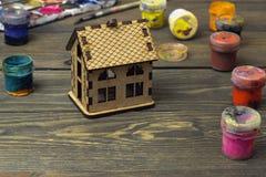 Casa de madera entre la pintura vieja Fotos de archivo