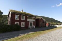 Casa de madera escandinava roja típica con el tejado herboso Imagen de archivo libre de regalías