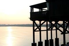 Casa de madera grande del zanco en la costa Imagenes de archivo