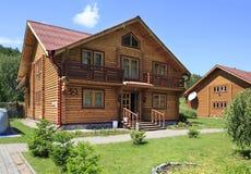 Casa de madera hermosa en las montañas. imágenes de archivo libres de regalías