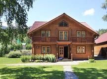 Casa de madera hermosa en las montañas. Altai. fotos de archivo