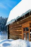 Casa de madera hermosa en un invierno soleado imagenes de archivo