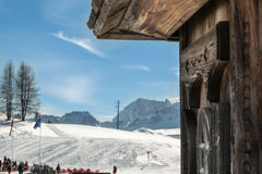 Casa de madera integrada del pájaro cerca del chalet de la montaña Fotos de archivo libres de regalías