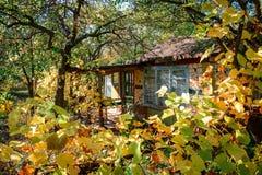 Casa de madera para el resto con una sauna y la fuente de madera grande Foto de archivo
