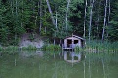 Casa de madera por el lago Imágenes de archivo libres de regalías