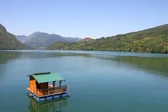 Casa de madera que flota en el río de Drina Fotos de archivo libres de regalías