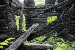 Casa de madera quemada-abajo Imagenes de archivo