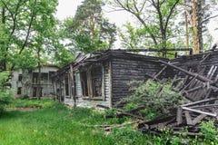 Casa de madera quemada abandonada Imagenes de archivo