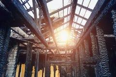 Casa de madera quemada del apartamento interior Paredes quemadas y carbonizadas en el hollín negro, desastre del fuego Foto de archivo libre de regalías