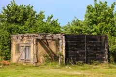 Casa de madera rústica abandonada vieja quemada Fotos de archivo