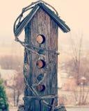 Casa de madera rústica del pájaro Imagenes de archivo