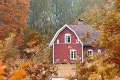 Casa de madera roja vieja en Suecia Imagen de archivo libre de regalías