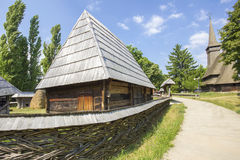 Casa de madera rumana tradicional Foto de archivo