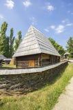 Casa de madera rumana tradicional Imágenes de archivo libres de regalías