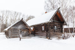 Casa de madera rural tradicional en invierno Imagenes de archivo