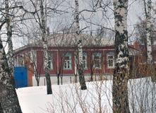 Casa de madera típica en el pueblo ruso Imágenes de archivo libres de regalías