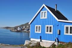 Casa de madera típica en Qaqortoq, Groenlandia del pescador Imágenes de archivo libres de regalías