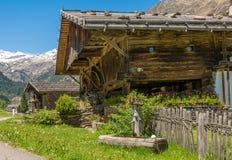 Casa de madera típica en un pueblo de las montañas en el valle/el valle de Ridanna - país de Ridnaun de Racines - cerca de Sterzi fotografía de archivo libre de regalías