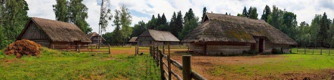 Casa de madera típica, etnográfica foto de archivo