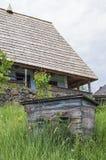 Casa de madera tradicional de los apicultores imagenes de archivo