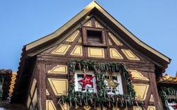 Casa de madera tradicional en Alsacia con las decoraciones de la Navidad fotos de archivo