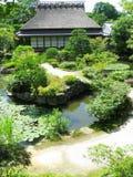 Casa de madera tradicional en jardín del zen de Isuien fotos de archivo libres de regalías