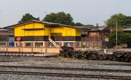 Casa de madera vieja cerca del ferrocarril Foto de archivo