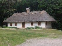 Casa de madera vieja con un tejado foto de archivo