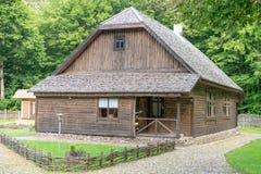 Casa de madera vieja del estilo de la República Báltica fotografía de archivo