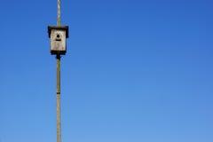 Casa de madera vieja del pájaro y fondo del cielo azul Imagen de archivo libre de regalías