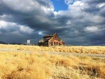 Casa de madera vieja e hierba de oro, Oliverio, Columbia Británica, Canadá Foto de archivo libre de regalías